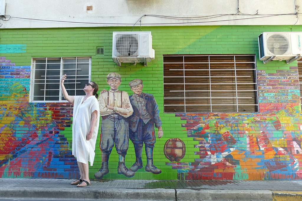 Renata Green taking a Selfie with a mural at the district of Palermo