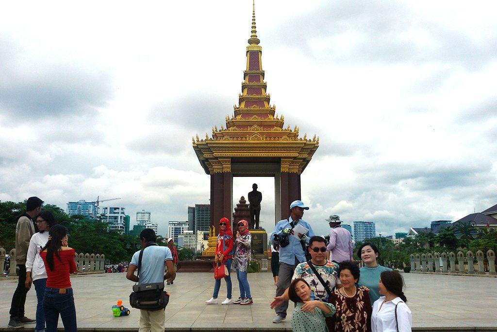 visitors taking selfies at Prince Norodom Sihanouk's Statue.
