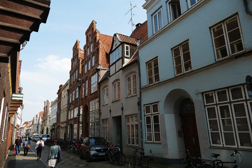 Picturesque Glockengießerstraße where at number 21, the Günter Grass Haus is located.