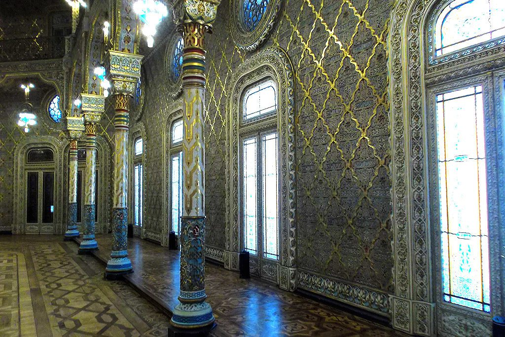 The  Salão Árabe, the Moorish Hall, was built between 1860 and 1879 by Goncalves de Sousa. Obviously, strongly inspired by the Alhambra in Granada.