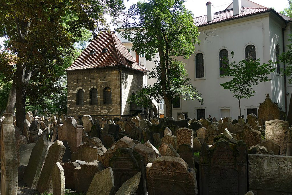 The Jewish cemetery with the Ceremony hall as well as the Klausen Synagogue in the backdrop.