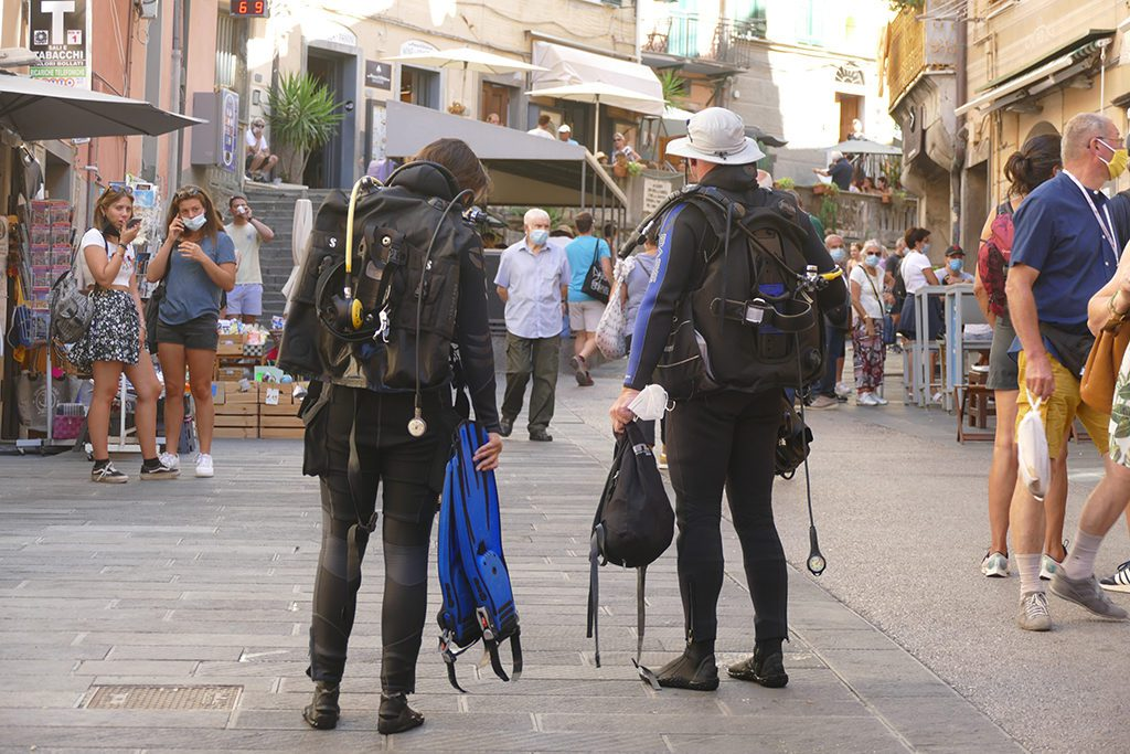Two divers at Riomaggiore where the picturesque hike of the Cinque Terre starts.