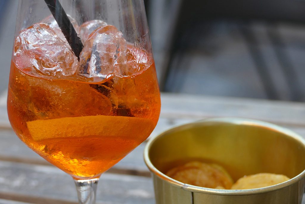 Aperol Spritz and potato crisps