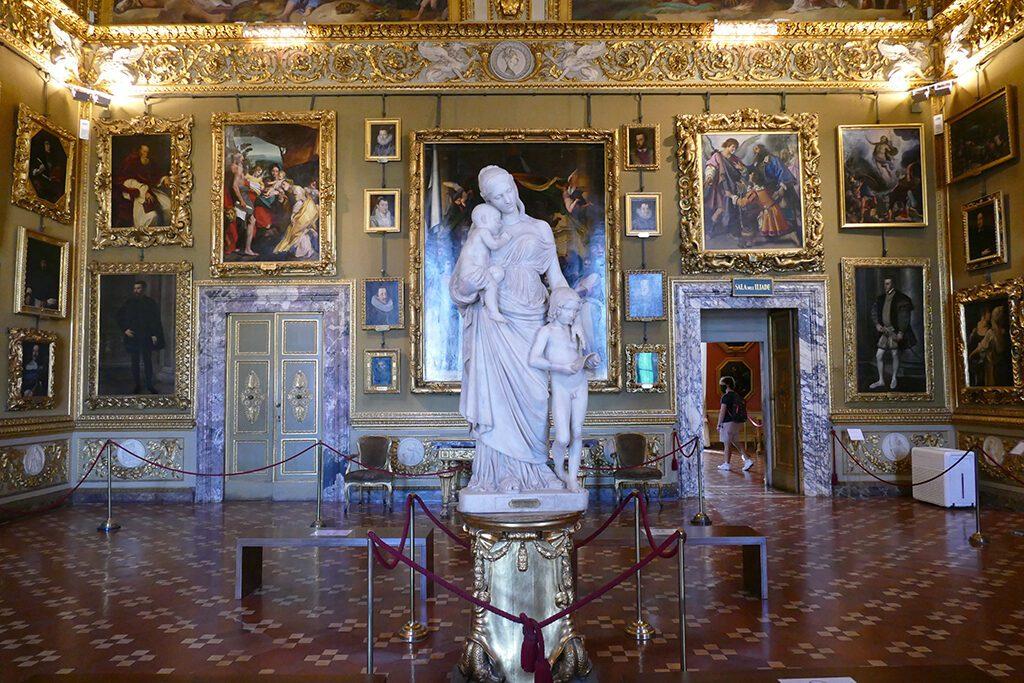 Sala di Ulisse with works i. a. by Raphael and Fillipino Lippi. In the center Lorenzo Bartolini's statue La Carità at the Palazzo Pitti