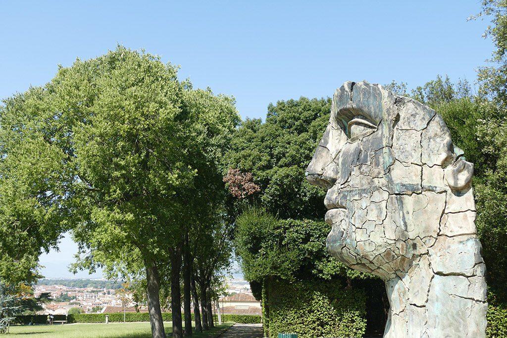 Tindaro Screpolato is a  bronze statue that Polish-born sculptor Igor Mitoraj created in 1997.