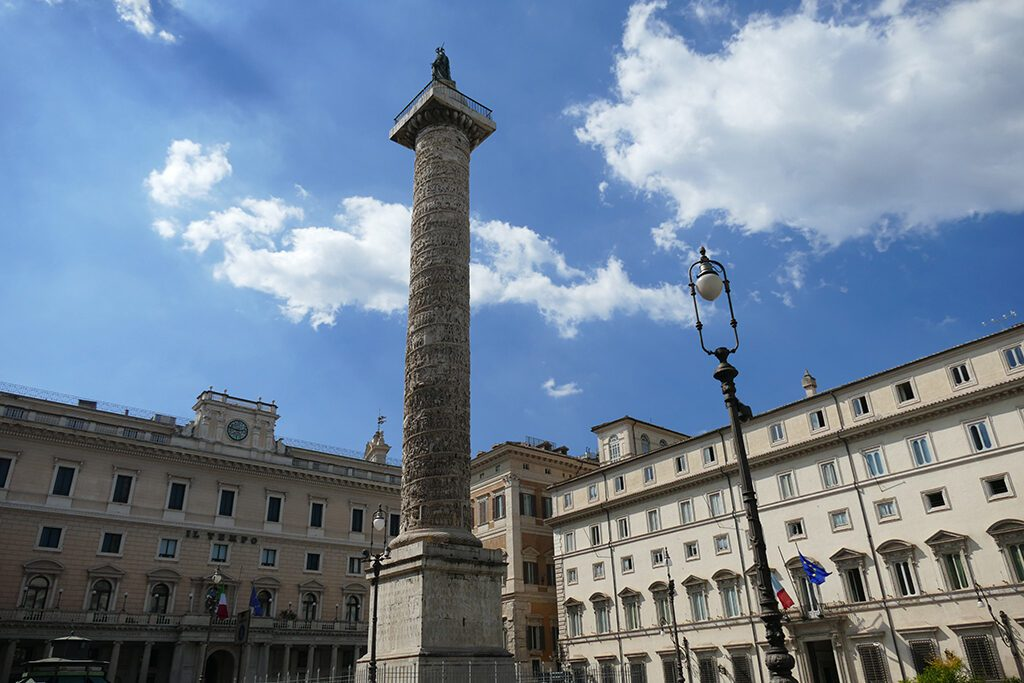 Piazza Colonna with the Palazzo Wedekind to the left and the Palazzo Chigi, the prime minister's official residence, to the right. In the center, the Mark Aurelian Column.