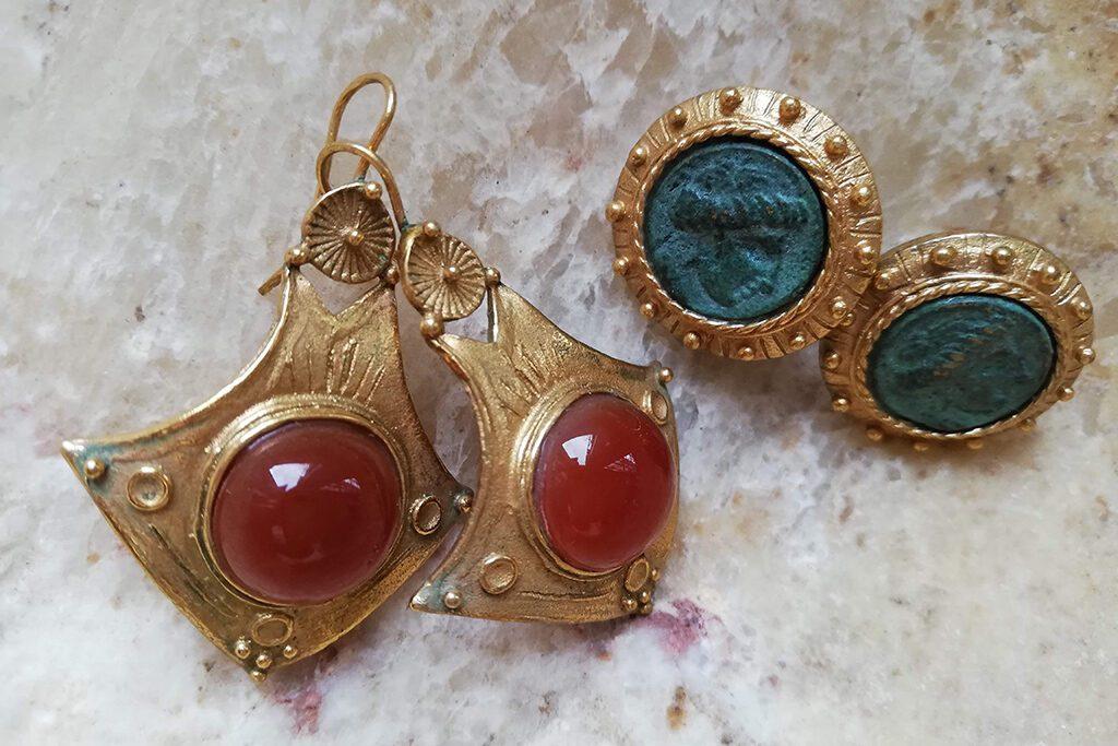 Pair of earrings.
