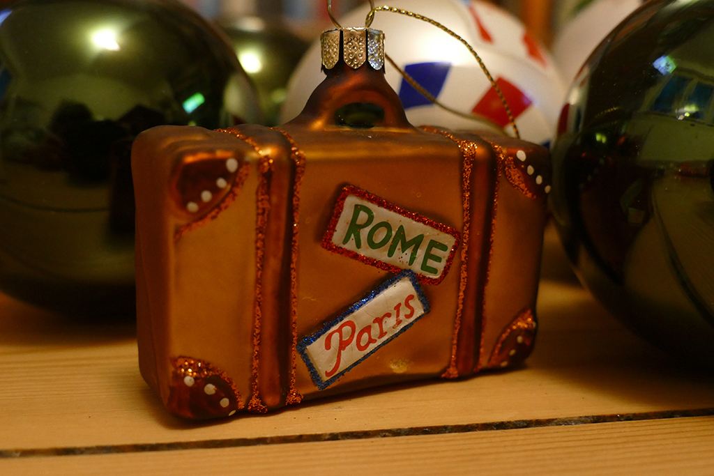 Christmas decoration in the shape of a suitcase that symbolizes the transnational dinner 2020.