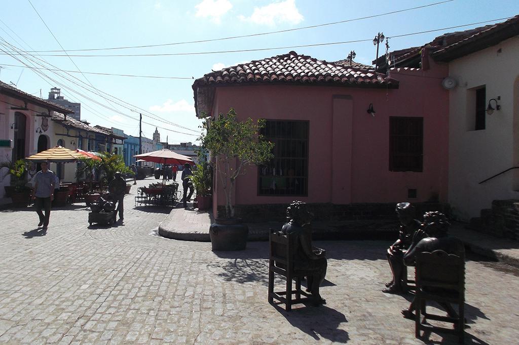 Martha Jimenez's neighbors life-size sculptures in Camagüey
