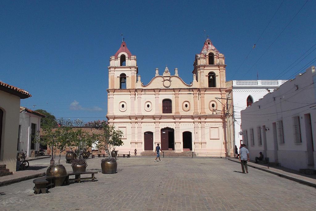 Plaza del Carmen and Iglesia Nuestra Señora del Carmen in Camagüey with some tinajones