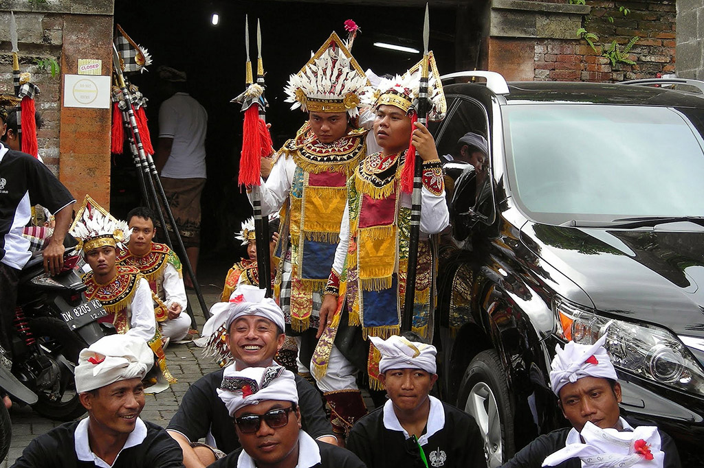 Men waiting for a burial ceremony in Ubud on Bali.