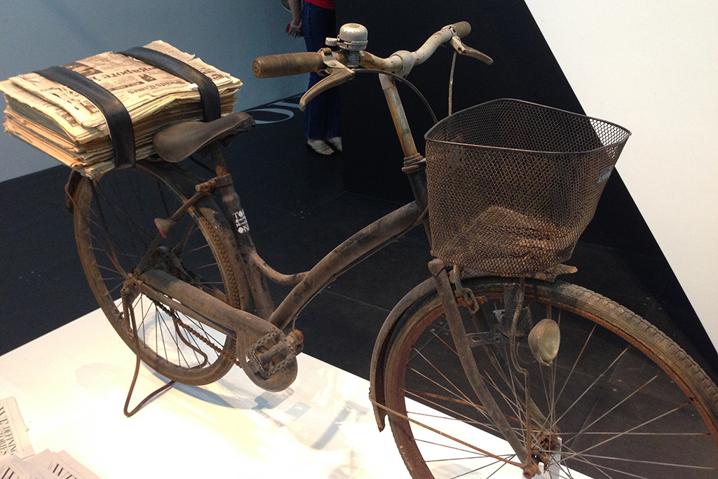 Old_newspaper_delivery_bicycle_on_temporary_display_at_the_National_Museum_of_Singapore