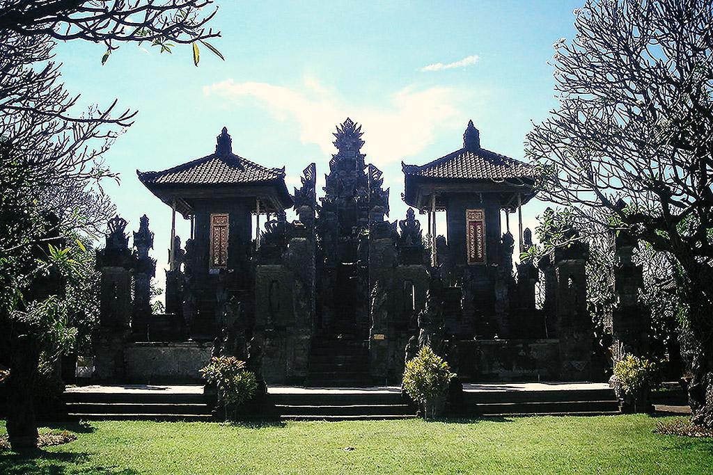 The grand entrance to Pura Meduwe Karang.
