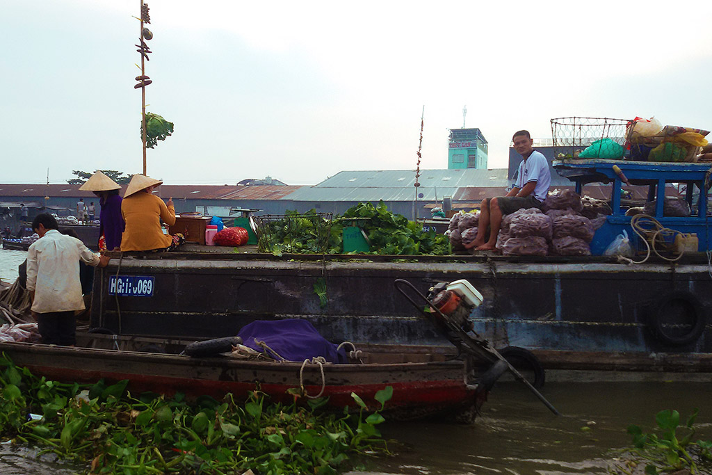 Vendors on the floating market of Cai Rang