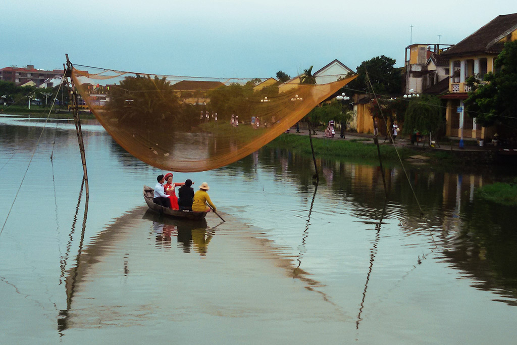 People in a boat on the Thu Bon river