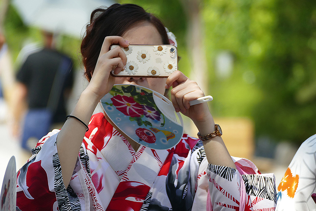 Geisha taking picture with a cellphone in 4 Days Kyoto Treasure Box of Japan