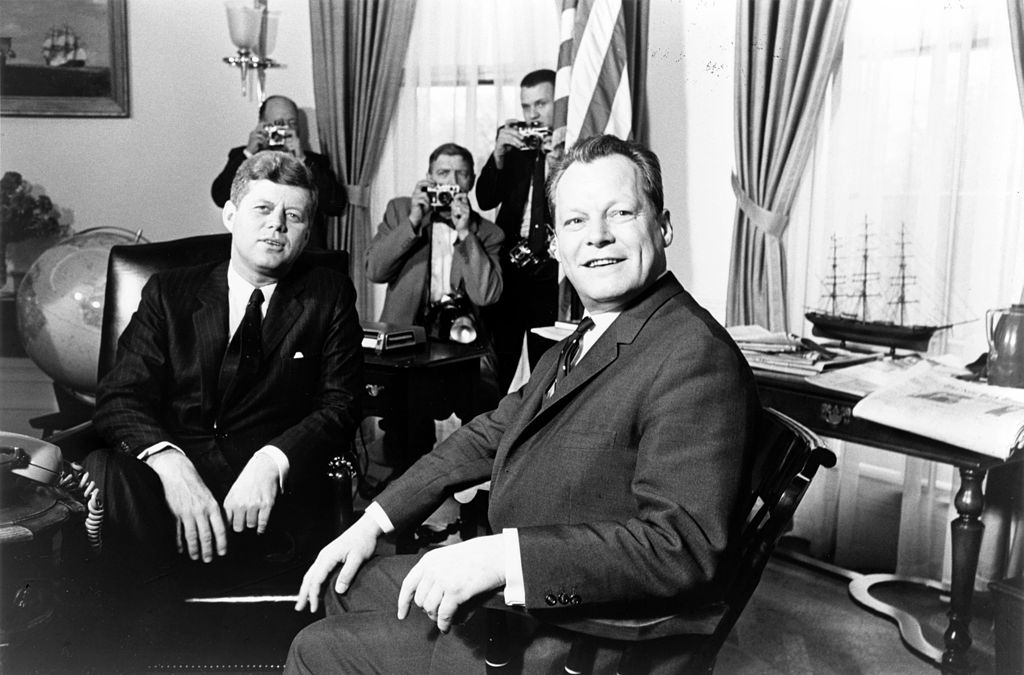 John F. Kennedy and Willy Brandt in Washington in 1961.  (Photo: Marion S. Trikosko, John F. Kennedy meeting with Willy Brandt, March 13, 1961, cropped 3:2, CC0 1.0)
