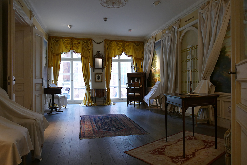 The antique furniture at the Buddenbrookhaus in Luebeck shows you how bourgeois families used to live in the 19th century.