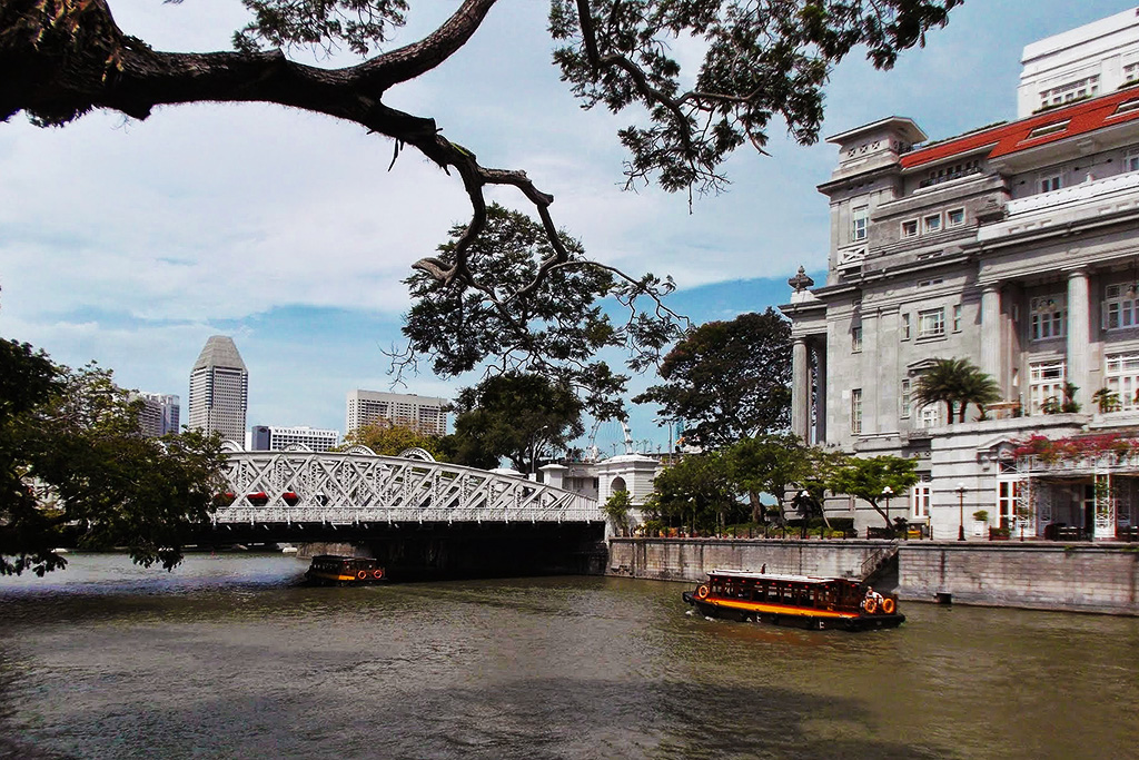 View of the Boat Quay with the Cavenagh Bridge and the Fullerton Hotel