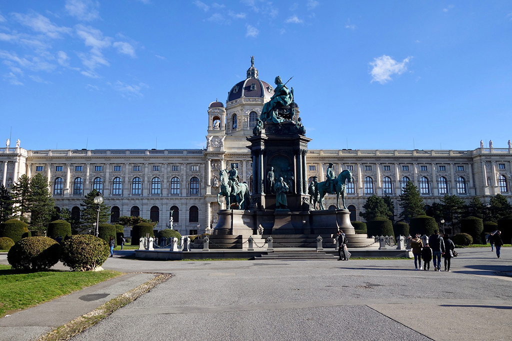 Empress Maria Theresia between Vienna's two most important museums, the Museum of Art History and the Museum of Natural History.