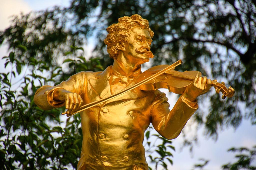 Johann Strauß statue in Vienna's central park
