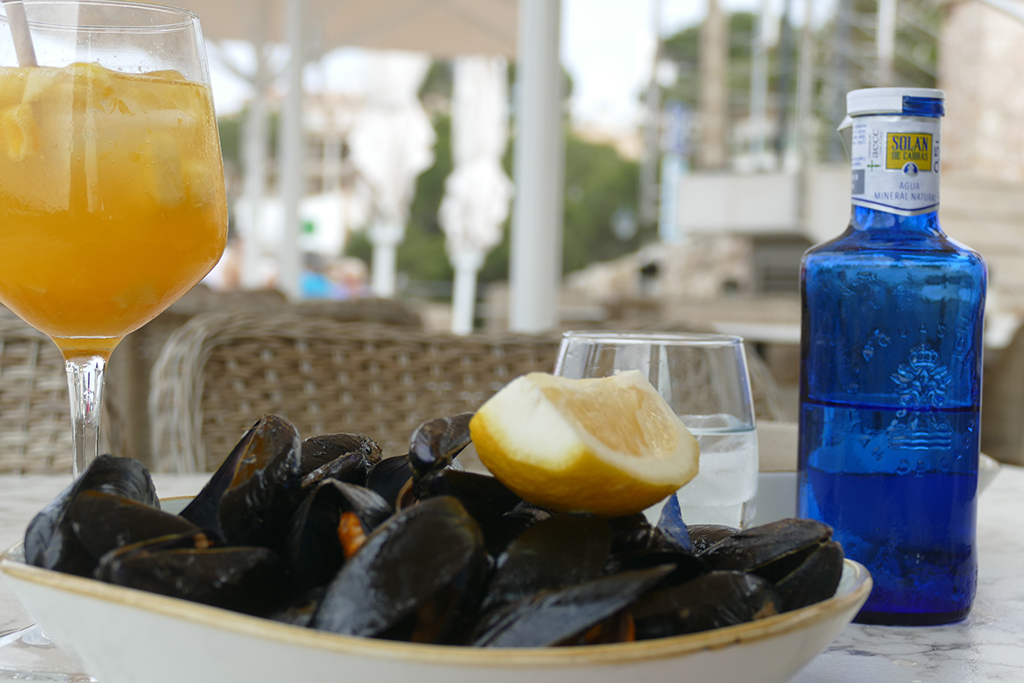 Plate of mussels and drinks at Cala Figuera on Mallorca's East Cost