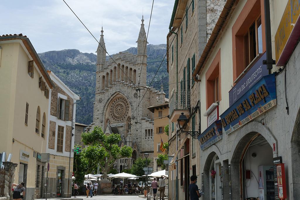 Plaça de la Constitució with the church Església de Sant Bartomeu.