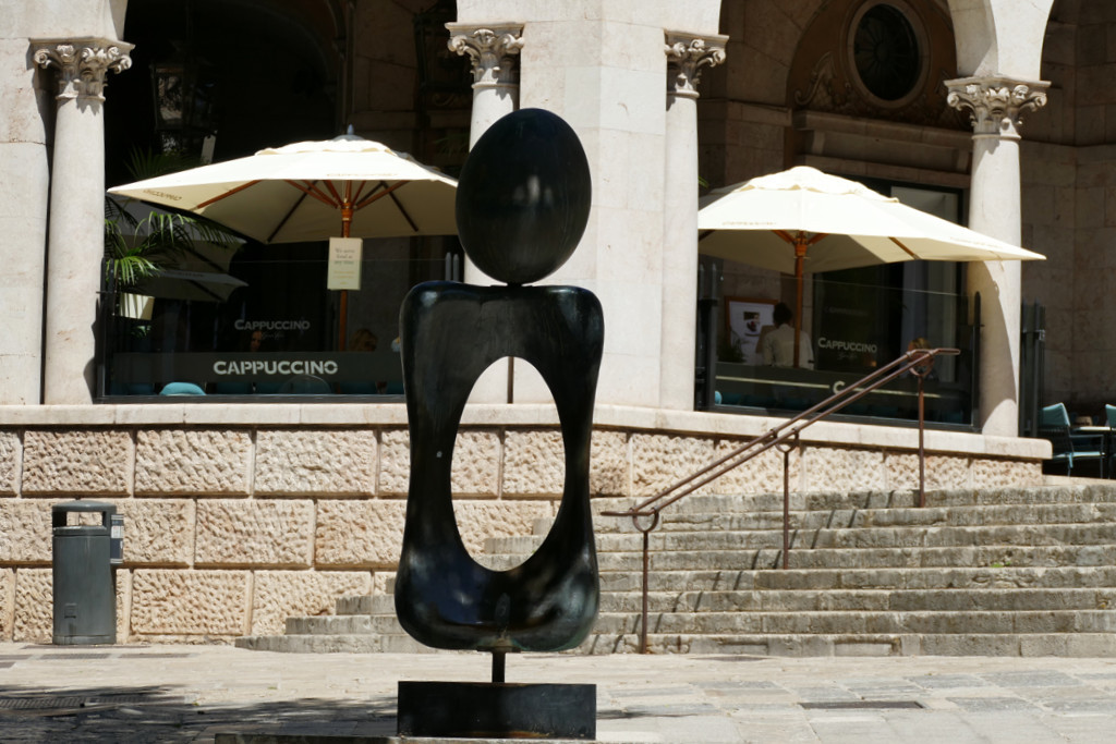 """On Calle Palau Reial, we can study the bronze sculpture of a woman, by Joan Miró, called """"Monumento"""". The beginning and end of the Bourne are guarded by four sphinxes, work of sculptor Jacint Mateu."""