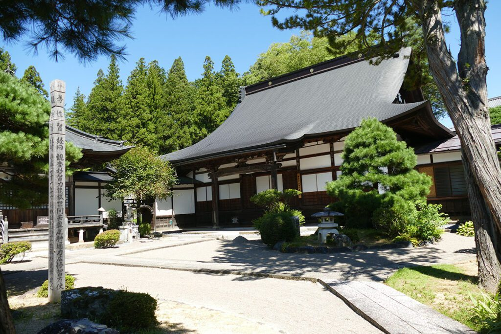 Zennouji Temple in TAKAYAMA on a travel back in time and a side trip to SHIRAKAWAGO
