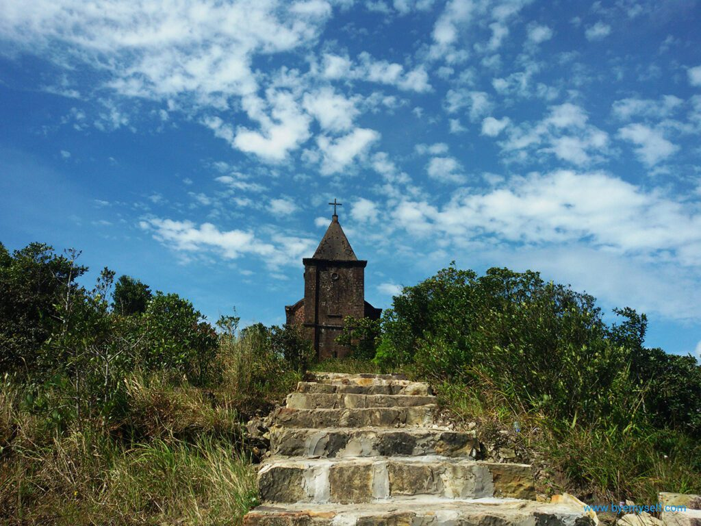 My favorite building on Thansur Bokor: The old Catholic church - now almost in ruins.