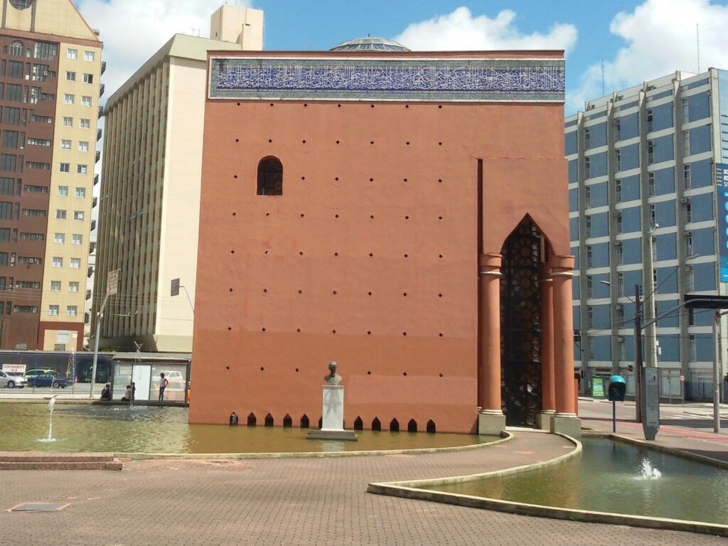 This plain Moorish edifice houses a library of Middle Eastern culture and a sculpture of the writer Kahlil Gibran in Curitiba.
