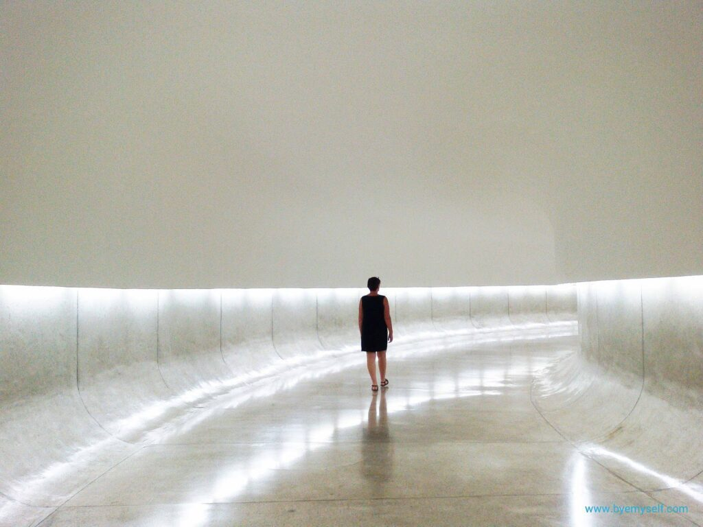 Renata Green walking through the Museu Niemeyer in Curitiba