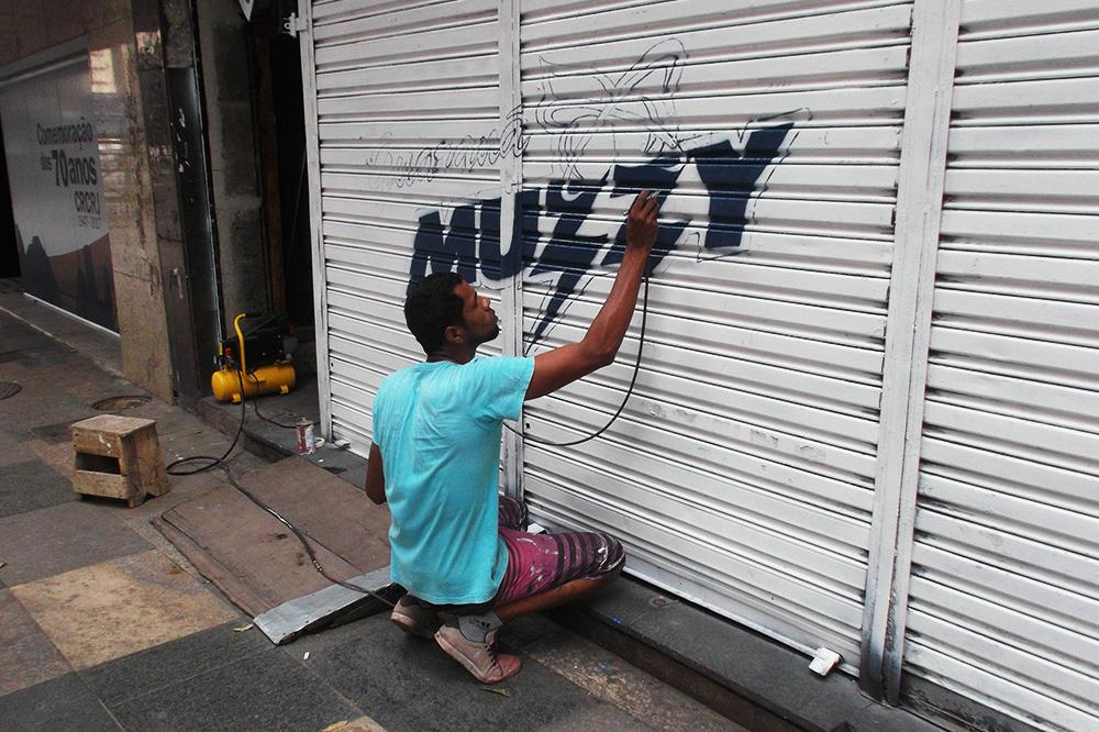 Main spraying street art in Rio de Janeiro