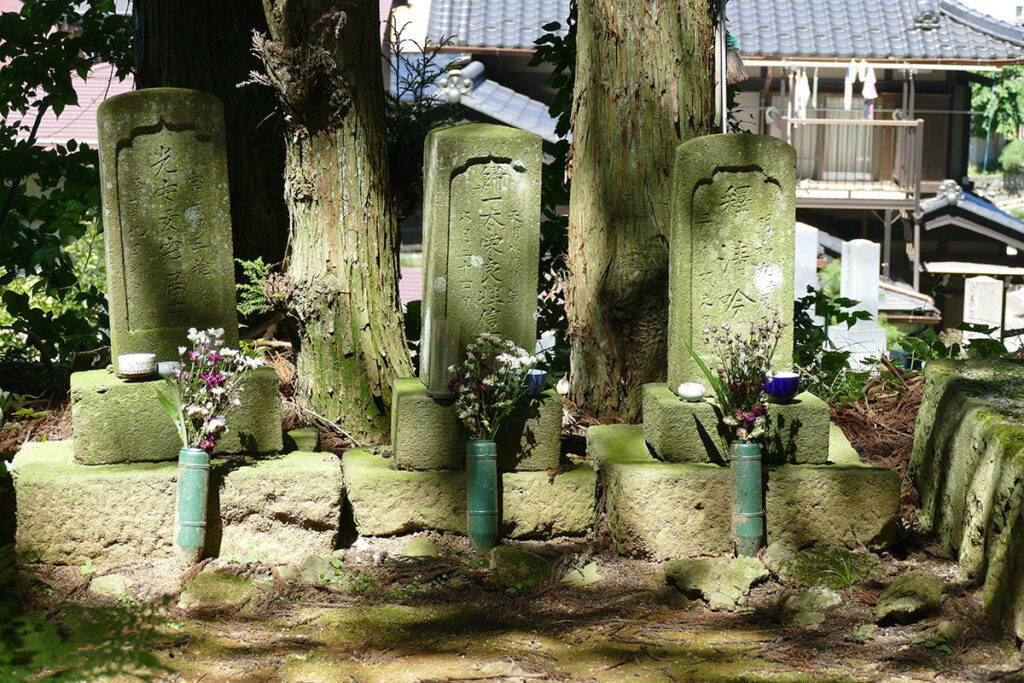 Grave of the Kanamori Family at the Sigenji Tempe in TAKAYAMA on a travel back in time and a side trip to SHIRAKAWAGO